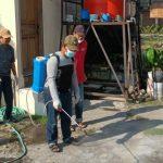 Upaya Bebas dari Virus, Ranting NU Desa Canggu Gelar Penyemprotan Disinfektan di Lingkungan